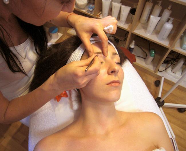 Součástí celkové kosmetiky je i zkrášlení obočí